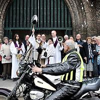 Nederland, Amsterdam , 3 april 2011..Zegening van Motorrijders voor Verdeskerk..Motor krijgt de zegen van boven. Op het plein voor de Vredeskerk in Amsterdam- Zuid worden zondagmorgen om half elf motoren en hun berijders gezegend. ....Foto:Jean-Pierre Jans