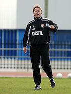 06-01-2009 Voetbal:Willem II:Trainingskamp:Torremolinos:Spanje<br /> Andries Jonker is kwaad op zijn spelers en legt het spelletje voetbal nog een keer uit<br /> Foto: Geert van Erven
