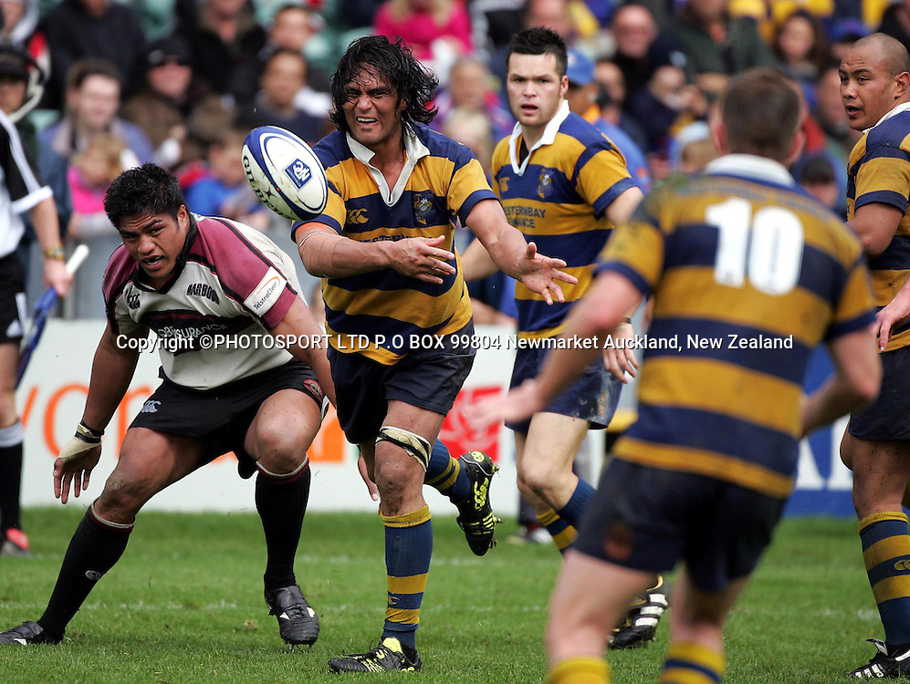 Wayne Ormond (c) gets a pass away before Harbour #8 Nick Williams can make a tackle. NPC Division 1, North Harbour Vs Bay Of Plenty, North Harbour Stadium, Sunday 10th October 2004. Bay of Plenty def North Harbour 14-9.<br />
