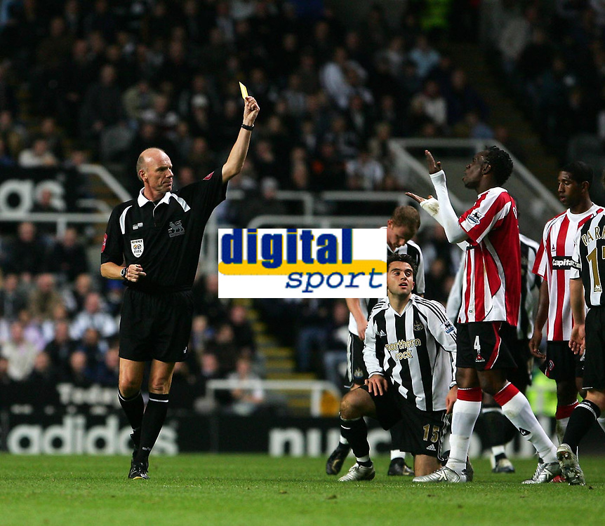 Photo: Andrew Unwin.<br /> Newcastle United v Sheffield United. The Barclays Premiership. 04/11/2006.<br /> Sheffield United's Claude Davis (R) is shown a yellow card by the referee, Steve Bennett (L), for his foul on Newcastle's Giuseppe Rossi (C).