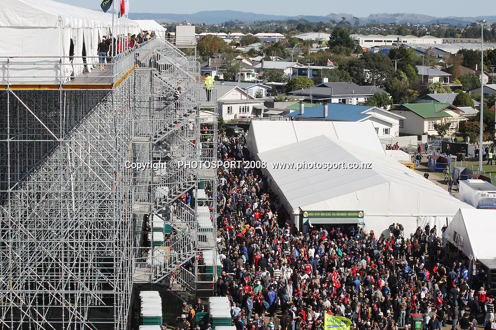 Crowds from the main grandstand. Hamilton 400, V8 Supercars. Hamilton, New Zealand. Sunday 20 April 2008. Photo: Stephen Barker/PHOTOSPORT