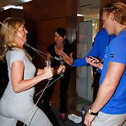 NLD/Amsterdam/20111128 - Opening Personal Gym van Carlos Lens, Irene van der Laar moedigt een team genoot aan