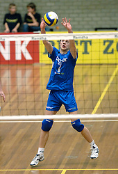 01-02-2006 VOLLEYBAL: PIET ZOOMERS D - BROTHER MARTINUS: APELDOORN <br /> Piet Zoomers wint met 3-0 van Martinus in de kwartfinale beker / Wouter Stoltz<br /> ©2006-WWW.FOTOHOOGENDOORN.NL