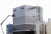 Nederland, Enschede, 3-10-2013Bandenfabrikant vredestein, apollo, neemt een nieuwe menger in bedrijf voor het produceren van autobanden. De bevestiging van de gevelplaten wordt gecontroleerd.Foto: Flip Franssen/Hollandse Hoogte