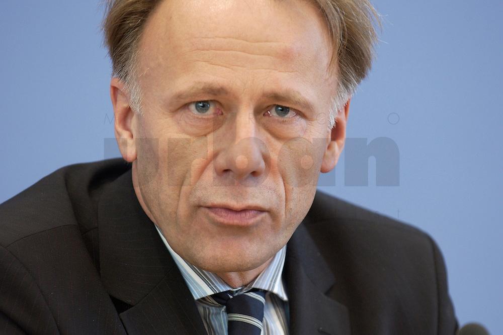 31 MAR 2004, BERLIN/GERMANY:<br /> Juergen Trittin, B90/Gruene, Bundesumweltminister, waehrend einer Pressekonferenz zum Kabinettsbeschuss zum Emissionshandel, Bundespressekonferenz<br /> IMAGE: 20040331-01-004<br /> KEYWORDS: J&uuml;rgen Trittin, BPK