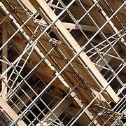 NLD/Huizen/20061109 - Steigers in de ochtendzon op een bouwplaats in Huizen