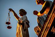 rotterdam - Een beeld van Vrouwe Justitia op een rechtbank dwaling , gerechtelijke , gerechtelijke dwaling , gerechtigheid , justitia , justitie , recht , rechtspraak , uitspraak , vonnis , vrouwe , vrouwe 2018 , afbeelding , afweging , beeld , blinddoek , criminaliteit , eerlijk , eerlijkheid , gelijkheid , gerechtigheid , gerechtshof , godin , griekse , holland , justitia , justitie , kunstwerk , misdaad , misdrijf , nederland , onbevooroordeeld , personificatie , proces , recht , rechtbank , rechtsgang , rechtspraak , rechtstaat , romeinse , standbeeld , symboliek , symbolisch , symbool , tegenhangster , themis , vertrouwen , vonnis , vrouwe , weegschaal , zwaard