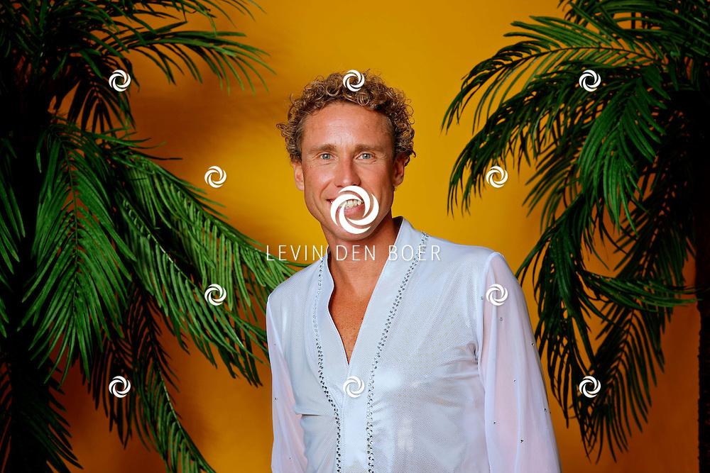 AMSTERDAM - In de fotostudio van Michel Porro is een fotosessie geweest met de specialguest van Holiday On Ice Tropicana The Passion Tour.  Met op de foto Michael Boogerd. FOTO LEVIN DEN BOER - PERSFOTO.NU