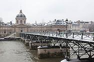 France. Paris. Art bridge on the  Seine river  , the institut de France in the distance  / Paris sous la neige en hiver. le pont des arts sur la Seine,