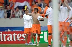 16-06-2006 VOETBAL: FIFA WORLD CUP: NEDERLAND - IVOORKUST: STUTTGART <br /> Oranje won in Stuttgart ook de tweede groepswedstrijd. Nederland versloeg Ivoorkust met 2-1 / Giovanni van Brockhorst verstopt de wedstrijdbal onder zijn shirt en neem deze mee als aandenken<br /> ©2006-WWW.FOTOHOOGENDOORN.NL
