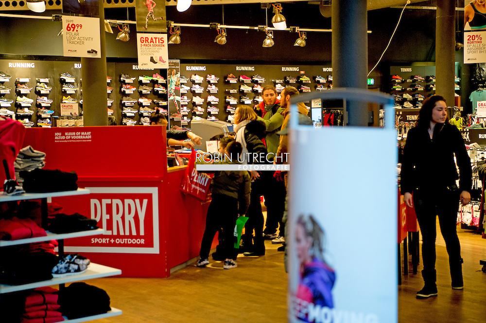ROTTERDAM - perrysport in perry sportwinkel in het centrum van rotterdam op de lijnbaan .Exterieur van een vestiging van Perry Sport. Het moederbedrijf van Perry Sport en Aktiesport zou uitstel van betaling hebben aangevraagd. failliet copyright robin utrecht