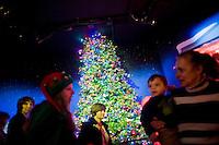 """3 Dicembre 2008. New York, NY. Dei clienti del negozio Macy's sono qui all'ottavo piano, adibito con le scenografie di di """"Santaland"""" (il paese di Babbo Natale), per fare visita a Babbo Natale. Ogni anno le strade e i negozi di New York City sfoggiano decorazioni natalizie che attraggono turisti da tutto il mondo.<br /> ©2008 Gianni Cipriano per Io Donna / Corriere della Sera<br /> cell. +1 646 465 2168 (USA)<br /> cell. +1 328 567 7923 (Italy)<br /> gianni@giannicipriano.com<br /> www.giannicipriano.com"""