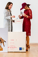DEN HAAG - Koningin Maxima opent in het Mauritshuis de reizende tentoonstelling Tien topstukken on tour. Met deze tentoonstelling willen het Kroller-Muller Museum, het Van Gogh Museum, het Rijksmuseum en het Mauritshuis het belang van nieuwe aankopen voor Nederland tonen. ANP ROYAL IMAGES ROBIN UTRECHT