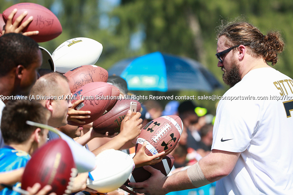 January 29 2016: Team Rice Josh Sitton signs autographs during the Pro Bowl practice at Turtle Bay Resort on Oahu, HI. (Photo by Aric Becker/Icon Sportswire)