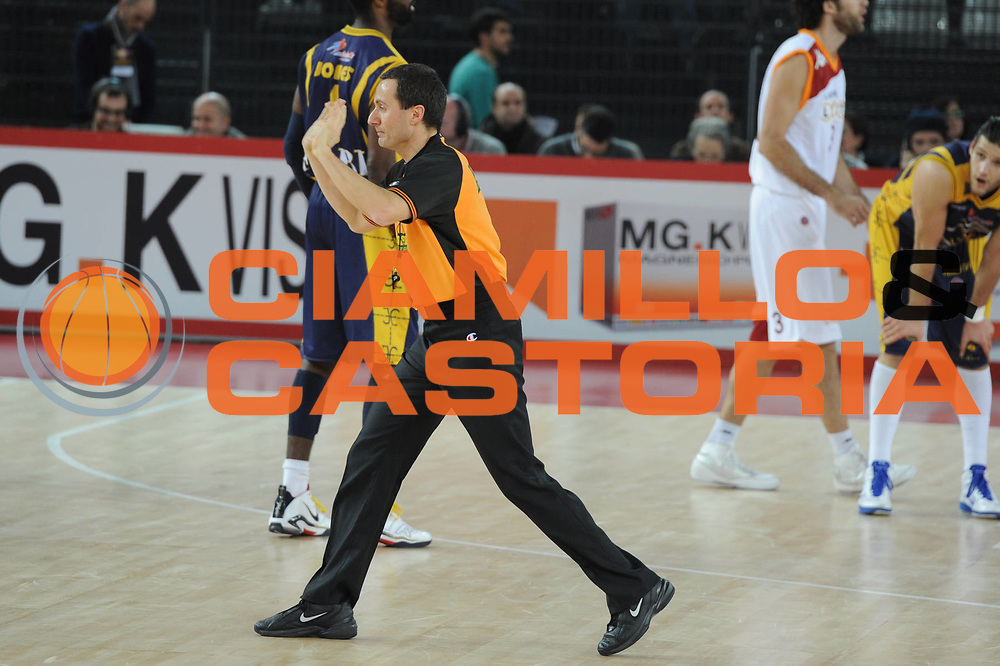 DESCRIZIONE : Roma Lega A 2010-11 Lottomatica Virtus Roma Fabi Shoes Montegranaro <br /> GIOCATORE : Arbitro<br /> SQUADRA : Lottomatica Virtus Roma Fabi Shoes Montegranaro<br /> EVENTO : Campionato Lega A 2010-2011 <br /> GARA : Lottomatica Virtus Roma Fabi Shoes Montegranaro<br /> DATA : 06/01/2011<br /> CATEGORIA : <br /> SPORT : Pallacanestro <br /> AUTORE : Agenzia Ciamillo-Castoria/GiulioCiamillo<br /> Galleria : Lega Basket A 2010-2011 <br /> Fotonotizia : Siena Lega A 2010-11 Lottomatica Virtus Roma Fabi Shoes Montegranaro<br /> Predefinita