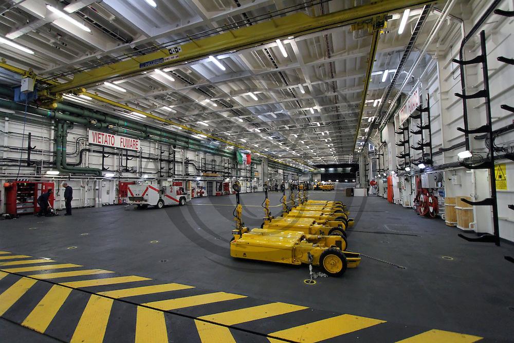 Hangar interno nave cavour andrea spinelli - Cavour portaerei ...