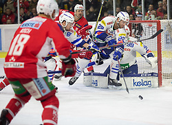 28.12.2018, Stadthalle, Klagenfurt, AUT, EBEL, EC KAC vs EC VSV, 32. Runde, im Bild Dan Bakala (EC Panaceo VSV, #39), Thomas KOCH (EC KAC, #18), Patrick Spanring (EC Panaceo VSV, #61), Andrew KOZEK (EC KAC, #10), Yann SAUVE (EC Panaceo VSV, #22) // during the Erste Bank Eishockey League 32th round match between EC KAC and EC VSV at the Stadthalle in Klagenfurt, Austria on 2018/12/28. EXPA Pictures © 2018, PhotoCredit: EXPA/ Gert Steinthaler