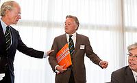 SOESTDUINEN - Bestuurslid Eric Buray Bouman neemt afscheid. Algemene Ledenvergadering van de NGF (Nederlandse Golf Federatie) met bestuurswisseling. links Ronald Pfeiffer. COPYRIGHT KOEN SUYK
