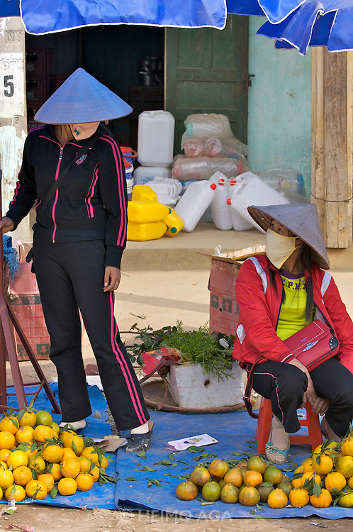 Tam Duong market. Women with oranges.