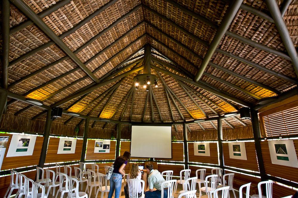 Porto Seguro_BA, Brasil...Pessoas em uma palestra em uma Reserva Particular do Patrimonio Natural...People in a lecture in a Private Natural Heritage Reserve...Foto: JOAO MARCOS ROSA /  NITRO.