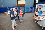 AMSTERDAM - De nieuwe Eigen Huis & Tuin On Tour klus container is vandaag gepresenteerd door RTL. Met hier op de foto de aanwezige pers die het klusteam van Quinty Trustfull, Lodewijk Hoekstra en Thomas Verhoef op de foto zetten. FOTO LEVIN DEN BOER - PERSFOTO.NU