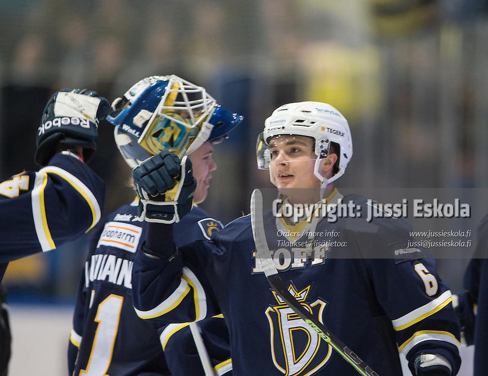 Otso Rantakari ottelun päätyttyä, taustalla Eetu Laurikainen. Blues - Kärpät. SM-liiga. 3.2.2015. Photo: Jussi Eskola