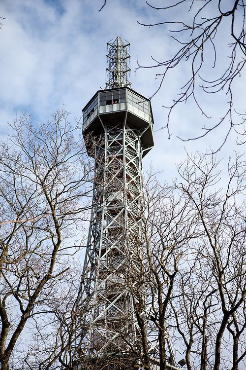 """Aussichtsturm """"Petrin"""" (Kleiner Eiffelturm) auf gleichnamigen Berg (Deutsch: Laurenziberg)."""