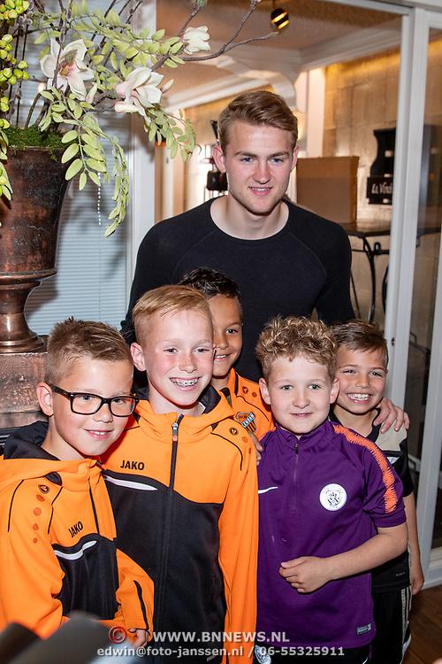 NLD/Volendam/20190522 - Boekpresentatie Keje Molenaar – Meesterlijk, Matthijs de Ligt en jonge fans