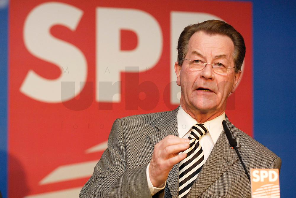 06 FEB 2006, BERLIN/GERMANY:<br /> Franz Muentefering, SPD, Bundesarbeitsminister, haelt eine Rede, Neujahrsempfang der SPD-Bundestagsfraktion, Fraktionsebene, Deutscher Bundestag<br /> IMAGE: 20060206-02-054<br /> KEYWORDS: Franz M&uuml;ntefering, speech