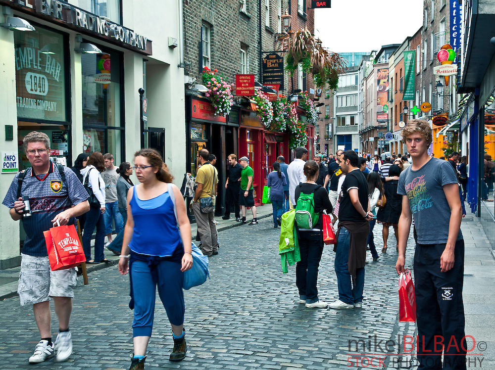 Street and pub in Temple Bar.<br /> Dublin. Ireland.