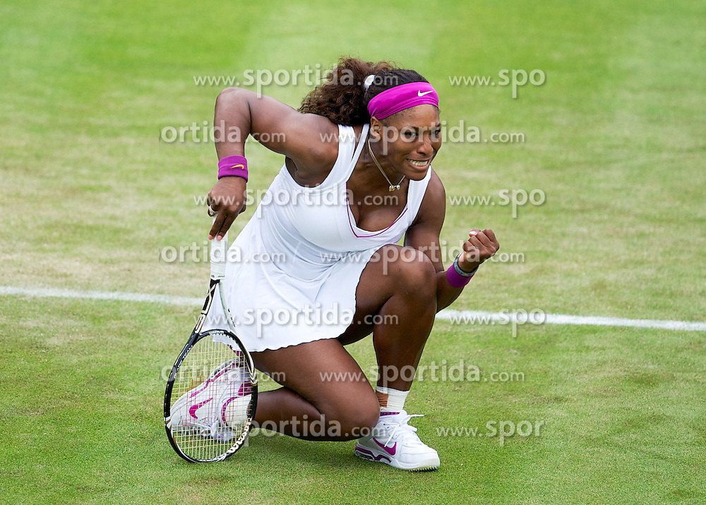 26.06.2012, Wimbledon, London, GBR, WTA, The Championships Wimbledon, im Bild Serena Williams (USA) celebrates winning a game during day two of the WTA Tour Wimbledon Lawn Tennis Championships at the All England Lawn Tennis and Croquet Club, London, Great Britain on 2012/06/26. EXPA Pictures © 2012, PhotoCredit: EXPA/ Propagandaphoto/ David Rawcliff..***** ATTENTION - OUT OF ENG, GBR, UK *****
