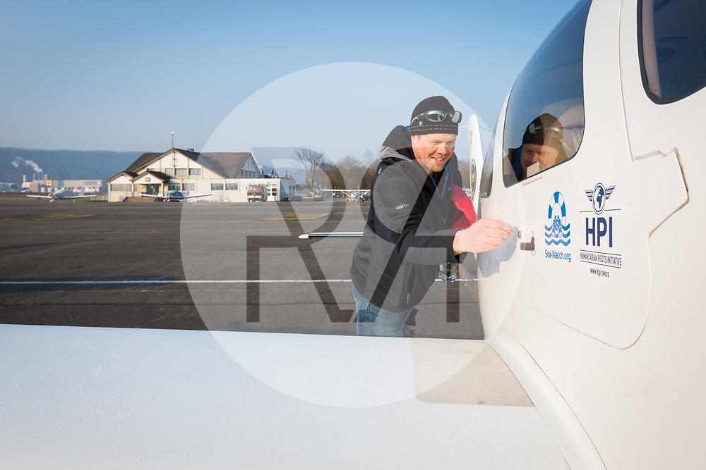 SCHWEIZ - LUPFIG - Räto Vitins, Chefpilot HPI, und seinen Co-Piloten machen die 'Moonbird' für den Flug nach Malta startklar. Die 'Moonbird' von der Humanitäre Piloten Initiative (HPI) wird auf dem Mittelmeer Ausschau halten nach seeuntauglichen Flüchtlingsbooten, damit diese von Sea-Watch.org und anderen Hilfsorganisationen gerettet werden können. - 28. Februar 2018 © Raphael Hünerfauth - http://huenerfauth.ch