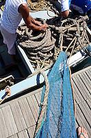 Pescatori dediti alla sistemazione delle cime e delle reti.