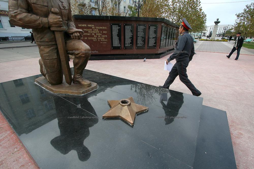 Ein Milizionär geht in Machatschkala (Dagestan) an einem neu errichteten Kriegerdenkmal vorbei. A policeman passes by a new built war memorial in Makhachkala, Dagestan.