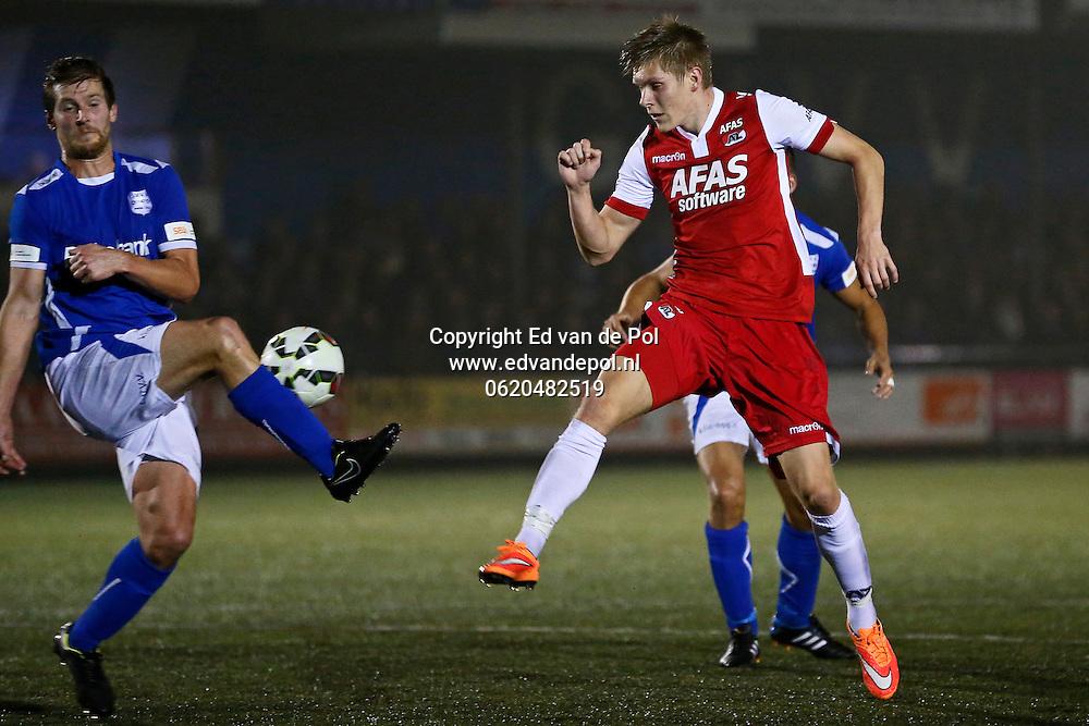 VEENENDAAL - 29-10-2014 - GVVV - AZ, KNVB beker, Sportpark Panhuis, GVVV speler Wouter Bonke (l), AZ speler Aron Johannsson (r).
