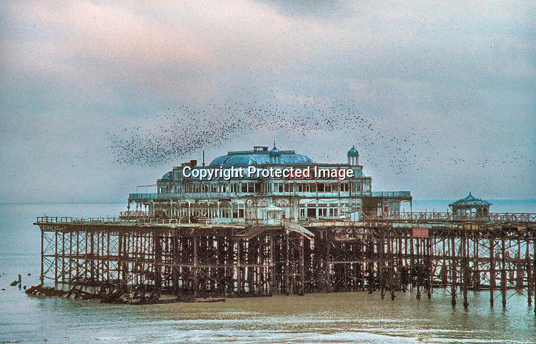 Engeland, Brighton, 3-7-1997De West Pier, enkele jaren voordat deze door brand verwoest werd. Hij was al niet meer in gebruik en gesloten voor puibliek.