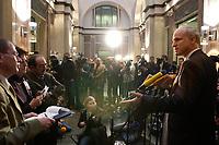 12 DEC 2003, BERLIN/GERMANY:<br /> Carl-Ludwig Thiele (R), MdB, FDP, Stellv. Fraktionsvorsitzender, gibt ein Pressestatement, Sitzung des Vermittlungsausschusses, Bundesrat<br /> IMAGE: 20031212-01-056<br /> KEYWORDS: Mikrofon, microphone, Pressekonferenz, Kamera, Camera, Journalist, Journalisten