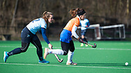 BLOEMENDAAL - Anna OFlanagan (Bldaal) met links Isaline Kroon (Nijm.)  hoofdklasse competitie dames, Bloemendaal-Nijmegen (1-1) COPYRIGHT KOEN SUYK