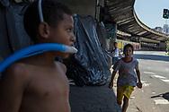 SÃO PAULO - BRASIL, 29/11/2017. Cerca de 9 crianças estão morando em barracas de lona plástica  sob o viaduto do Glicério. Foto: CAIO GUATELLI
