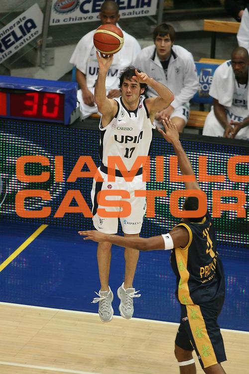 DESCRIZIONE : Bologna Lega A1 2007-08 Upim Fortitudo Bologna Premiata Montegranaro <br /> GIOCATORE : Dante Calabria <br /> SQUADRA : Upim Fortitudo Bologna <br /> EVENTO : Campionato Lega A1 2007-2008 <br /> GARA : Upim Fortitudo Bologna Premiata Montegranaro <br /> DATA : 12/01/2008 <br /> CATEGORIA : Tiro Three Points <br /> SPORT : Pallacanestro <br /> AUTORE : Agenzia Ciamillo-Castoria/G.Ciamillo <br /> Galleria : Lega Basket A1 2007-2008 <br />Fotonotizia : Bologna Campionato Italiano Lega A1 2007-2008 Upim Fortitudo Bologna Premiata Montegranaro <br />Predefinita :