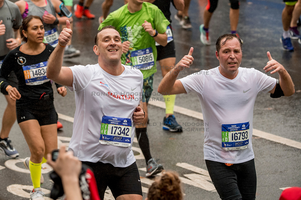 05-11-2017 USA: NYC Marathon We Run 2 Change Diabetes day 3, New York<br /> De dag van de marathon, 42 km en 195 meter door de straten van Staten Island, Brooklyn, Queens, The Bronx en Manhattan / Martijn en Bob