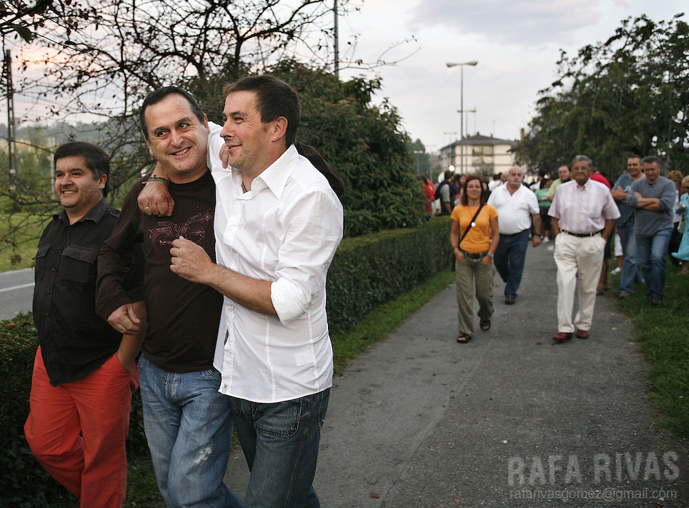 Former leader of banned Basque separatist party Batasuna, political wing of ETA, Arnaldo Otegi (3L), is received by friends and relatives, after leaving the Martutene prison in the northern Spanish Basque city of San Sebastian, on August 30, 2008. Otegi was released after being 15 months in prison. PHOTO RAFA RIVAS