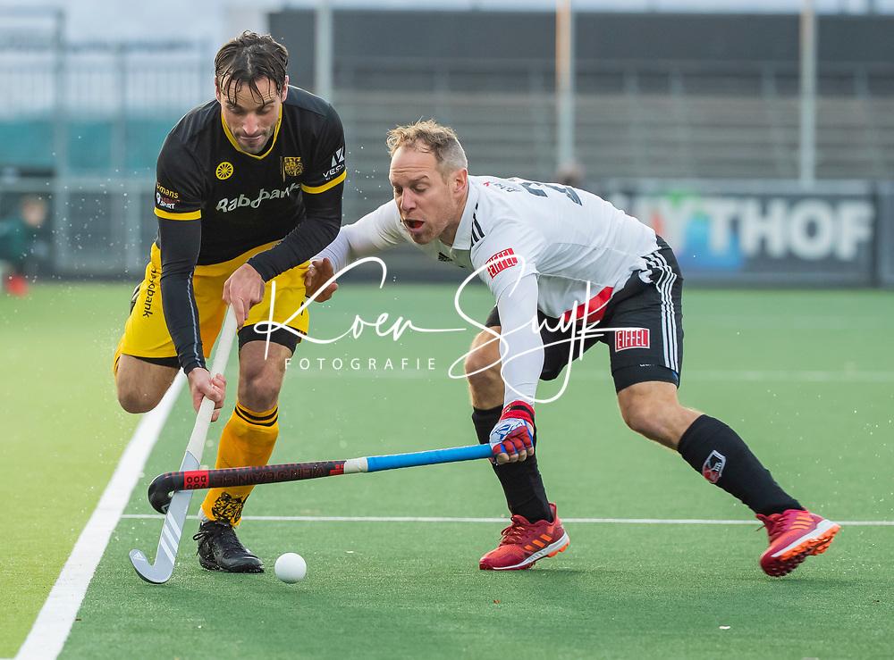 AMSTELVEEN -  Sebastian Dockier (Den Bosch) passeert Teun Rohof (Adam) tijdens de competitie hoofdklasse hockeywedstrijd mannen, Amsterdam- Den Bosch (2-3).  COPYRIGHT KOEN SUYK