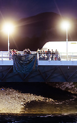 27.09.2015, Grenzübergang, Freilassing, GER, Fluechtlingskrise in der EU, im Bild Flüchtlinge spazieren von der Grenze zu Österreich über die Saalach Brücke nach Deutschland // Migrants come to Germany from the Austrian Border over the Saalach Bridge. Thousands of refugees fleeing violence and persecution in their own countries continue to make their way toward the EU, border crossing, Freilassing, Germany on 27.09.2015. EXPA Pictures © 2015, PhotoCredit: EXPA/ JFK