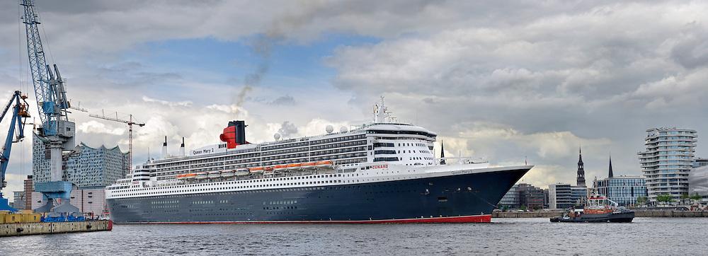 Queen Mary 2 fährt in den Hamburger Hafen an der Elbphilharmonie vorbei und legt am Terminal Hafencity an