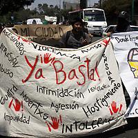Toluca, Mex.- Alrededor de 50 personas marcharon en silencio en la ciudad de Toluca para exigir un alto a la violencia que impera en la mayoría del país. Agencia MVT / Crisanta Espinosa. (DIGITAL)<br /> <br /> NO ARCHIVAR - NO ARCHIVE
