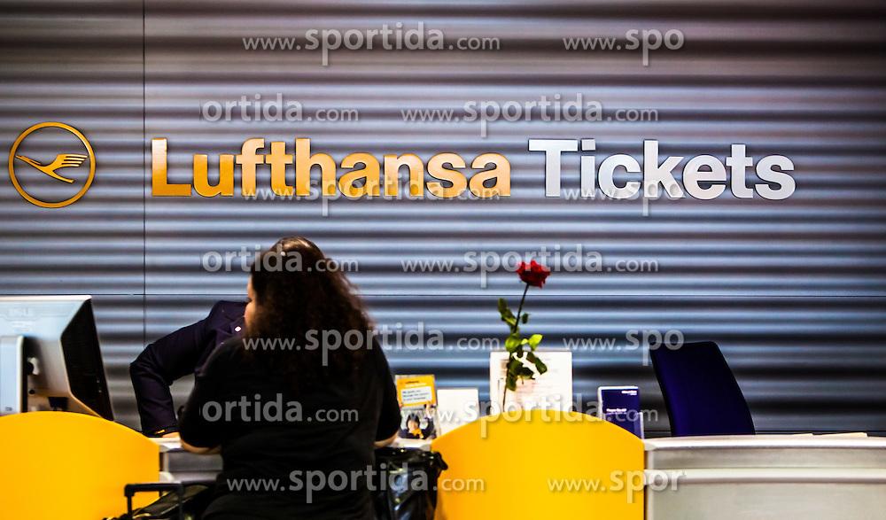 THEMENBILD, Airport Muenchen, Franz Josef Strauß (IATA: MUC, ICAO: EDDM), Der Flughafen Muenchen zählt zu den groessten Drehkreuzen Europas, rund 100 Fluggesellschaften verbinden ihn mit 230 Zielen in 70 Laendern, im Bild ein Passagier an einem Lufthansa Ticket Schalter wird bedient // THEME IMAGE, FEATURE - Airport Munich, Franz Josef Strauss (IATA: MUC, ICAO: EDDM), The airport Munich is one of the largest hubs in Europe, approximately 100 airlines connect it to 230 destinations in 70 countries. picture shows: a passenger on a Lufthansa ticket counter, Munich, Germany on 2012/05/06. EXPA Pictures © 2012, PhotoCredit: EXPA/ Juergen Feichter
