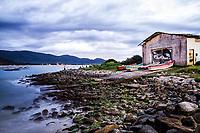 Ilha das Campanhas, na Praia da Armação, ao anoitecer. Florianópolis, Santa Catarina, Brasil. / Ilha das Campanhas, next to Armacao Beach, at dusk. Florianopolis, Santa Catarina, Brazil.