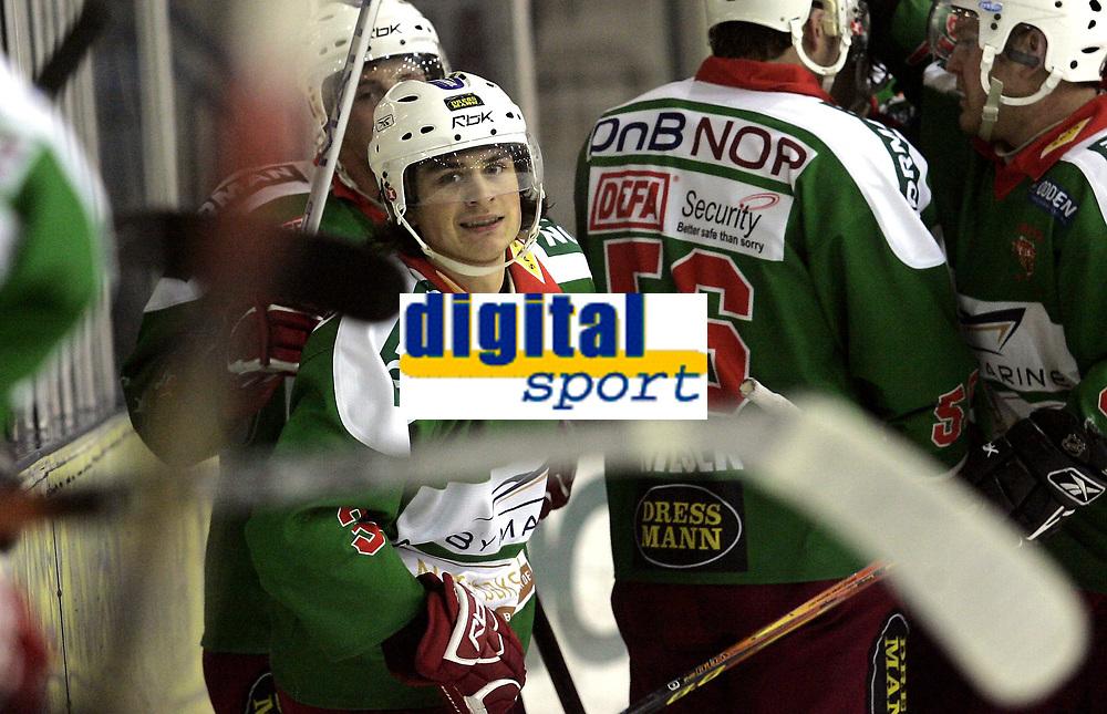 Ishockey<br /> GET-Ligaen<br /> 08.01.08<br /> Askerhallen<br /> Frisk Asker - Storhamar<br /> Mats Zuccarello Aasen jubler for sin 4-1 scoring med lagkameratene<br /> Foto - Kasper Wikestad