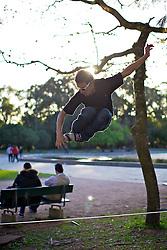 Mauricio Vianna pratica slackline no Parque Farroupilha (Redenção), em Porto Alegre. FOTO: Jefferson Bernardes/Preview.com